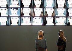 Bildschirmskulptur im Innenraum